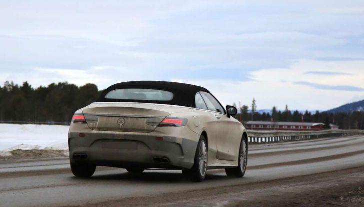 Mercedes Classe S Cabrio restyling, immagine spia, in movimento fuori città.