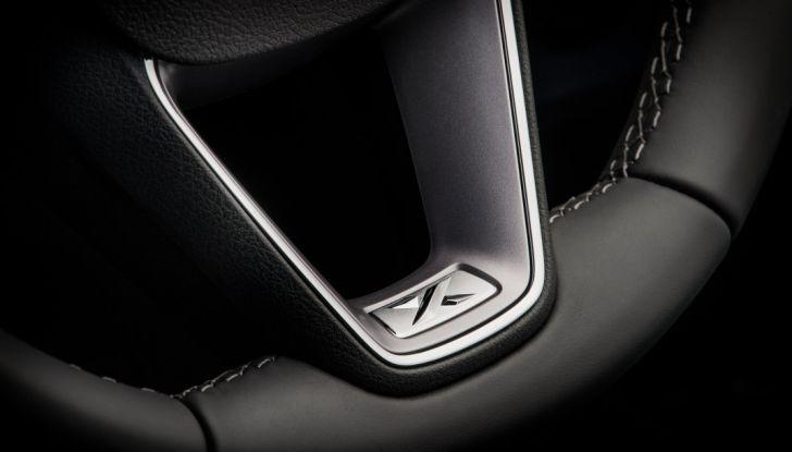 Nuova Seat Leon dettaglio logo sul volante.