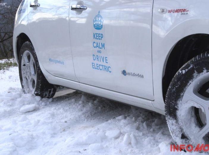 Nissan Leaf, prova di sterzata sulla neve.