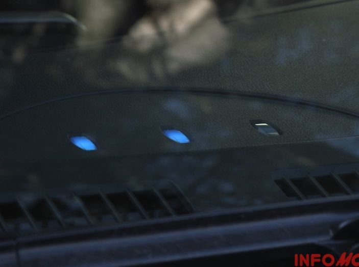 Nissan Leaf, spia di ricarica visibile esternamente.