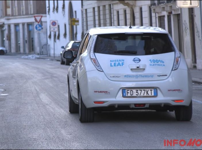 Nissan Leaf vista posteriore prova su strada in città.