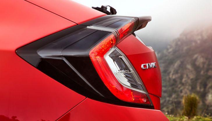 Nuova Honda Civic 2017, spoiler e design dei gruppo ottico.