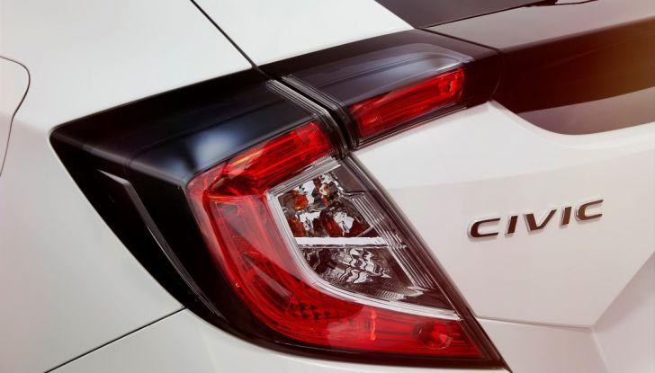 Nuova Honda Civic 2017, design efficiente dello spoiler e del gruppo ottico.