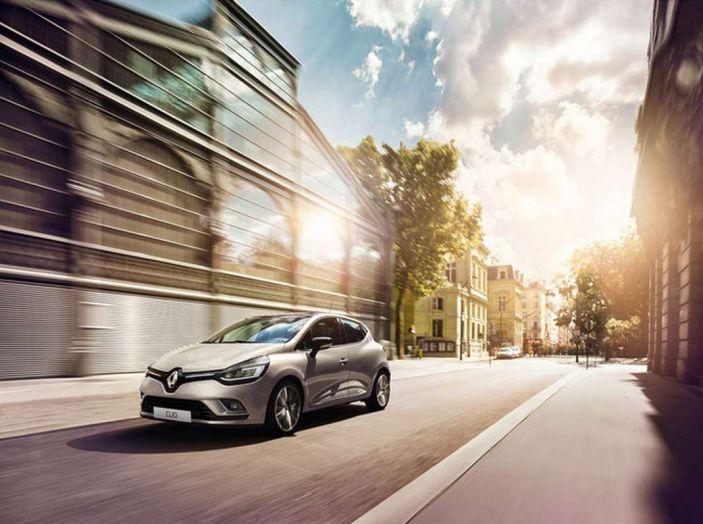 Renault Clio Turbo GPL vista di 3/4 in movimento in città.
