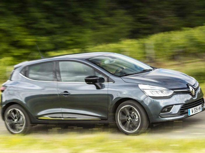 Renault Clio Turbo GPL vista laterale in movimento.