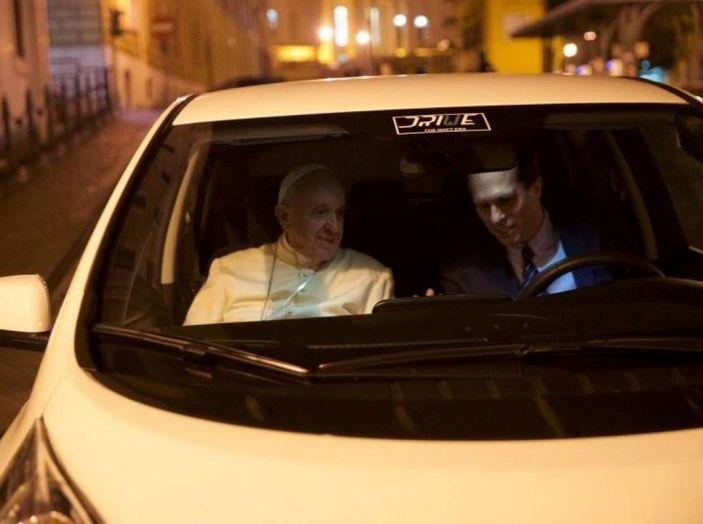 Papa Francesco si muove con Nissan LEAF, auto 100% elettrica - Foto 1 di 8