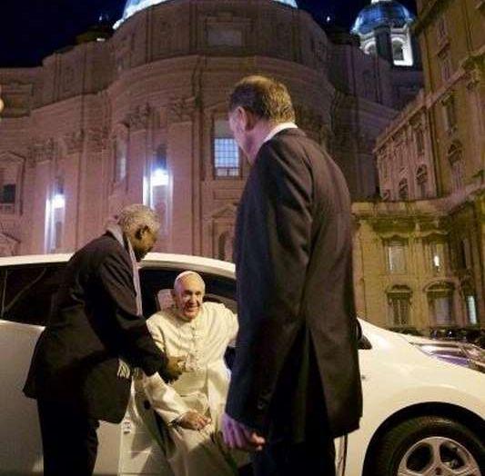 Papa Francesco si muove con Nissan LEAF, auto 100% elettrica - Foto 2 di 8