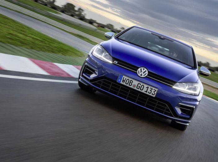 Prova nuova Volkswagen Golf 2017, versioni speciali: dall'elettrico alla Golf R - Foto 3 di 20