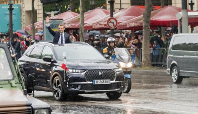 Emmanuel Macron e la DS 7 Crossback Presidenziale sugli Champs-Elysées