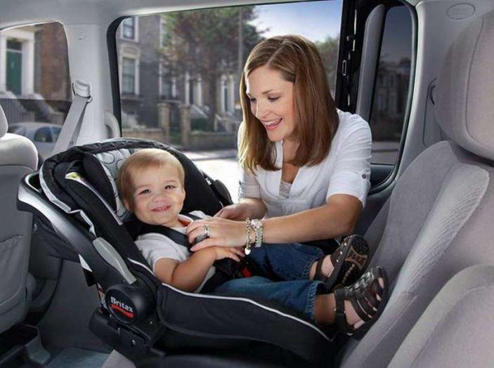 Bimbi a bordo in auto: regole per viaggiare sicuri - Foto 1 di 10