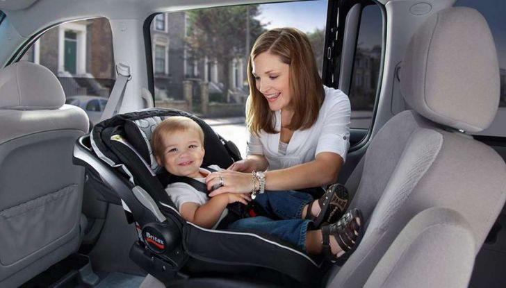 Bambini davanti in auto: ecco come portarli a norma di legge - Foto 2 di 12