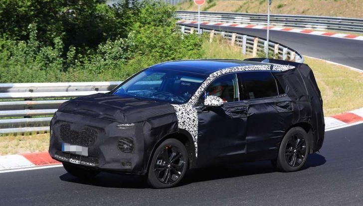 Hyundai Santa Fe 2018, foto e video spia della nuova generazione - Foto 4 di 12