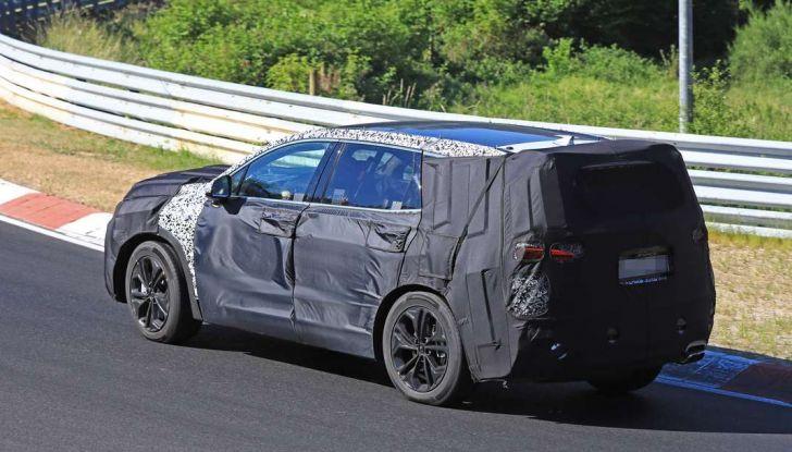 Hyundai Santa Fe 2018, foto e video spia della nuova generazione - Foto 3 di 12
