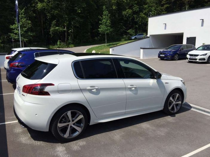 Nuova Peugeot 308: test su strada, sistemi di sicurezza, guida assistita e motorizzazioni ecologiche - Foto 8 di 20