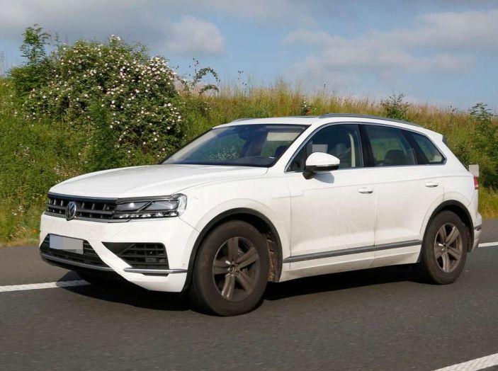Volkswagen Touareg 2018, nuove foto spia con meno camuffature - Foto 3 di 15
