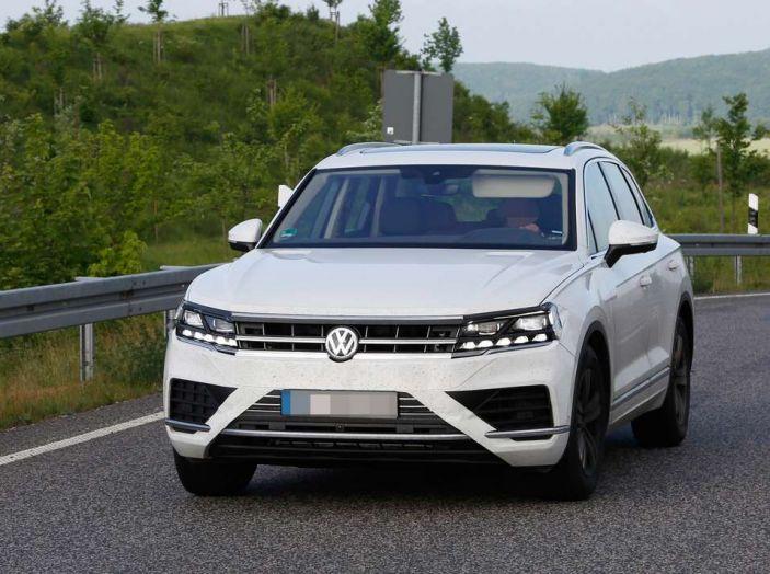 Volkswagen Touareg 2018, nuove foto spia con meno camuffature - Foto 6 di 15