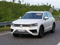 Volkswagen Touareg 2018, nuove foto spia con meno camuffature