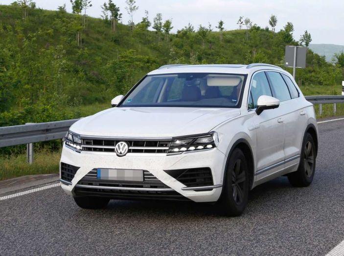 Volkswagen Touareg 2018, nuove foto spia con meno camuffature - Foto 1 di 15