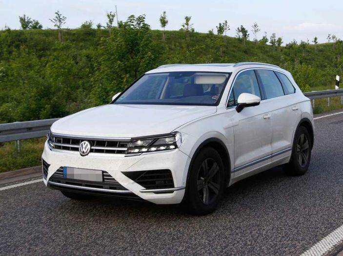 Volkswagen Touareg 2018, nuove foto spia con meno camuffature - Foto 13 di 15