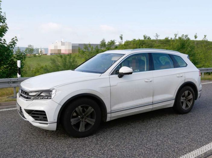 Volkswagen Touareg 2018, nuove foto spia con meno camuffature - Foto 14 di 15