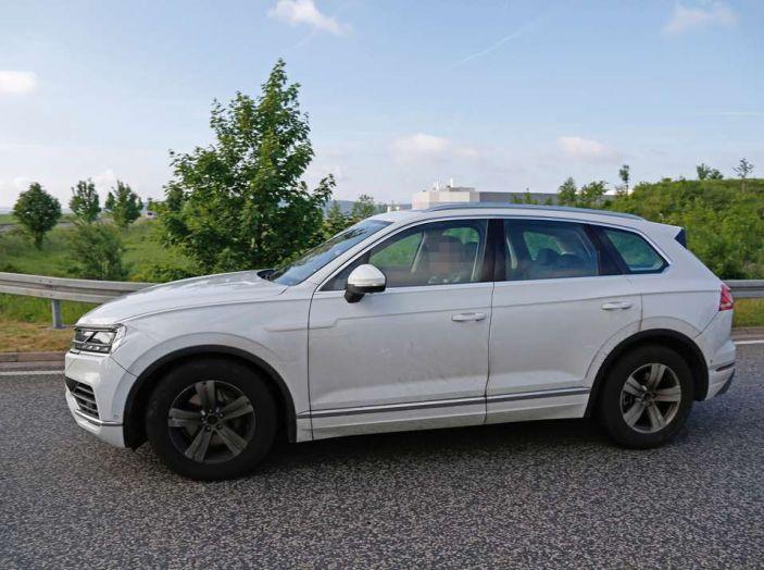 Volkswagen Touareg 2018, nuove foto spia con meno camuffature - Foto 15 di 15