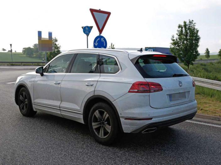 Volkswagen Touareg 2018, nuove foto spia con meno camuffature - Foto 5 di 15