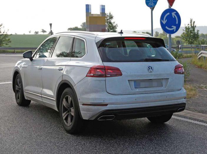 Volkswagen Touareg 2018, nuove foto spia con meno camuffature - Foto 7 di 15