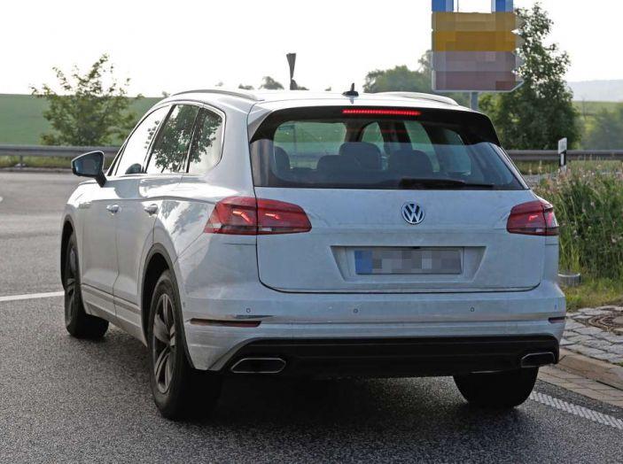 Volkswagen Touareg 2018, nuove foto spia con meno camuffature - Foto 9 di 15