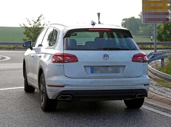 Volkswagen Touareg 2018, nuove foto spia con meno camuffature - Foto 10 di 15