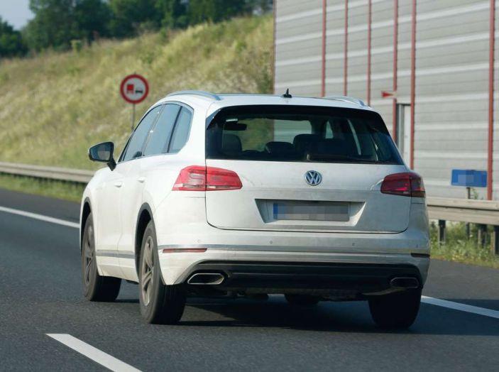 Volkswagen Touareg 2018, nuove foto spia con meno camuffature - Foto 11 di 15