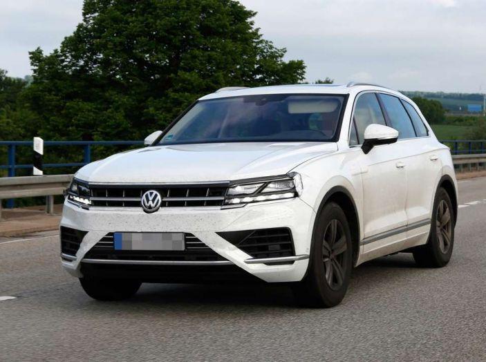Volkswagen Touareg 2018, nuove foto spia con meno camuffature - Foto 8 di 15