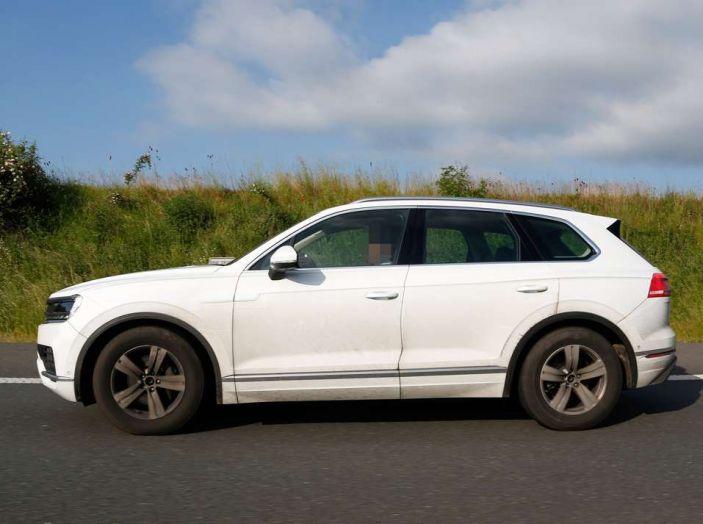 Volkswagen Touareg 2018, nuove foto spia con meno camuffature - Foto 2 di 15