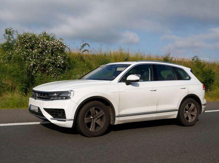 Volkswagen Touareg 2018, nuove foto spia con meno camuffature - Foto 12 di 15