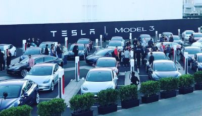 Tesla Model 3 arriva con prezzi più alti ed autonomia anche a 500 km