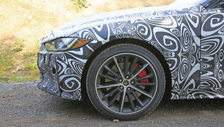 Jaguar XE SVR, primi test su strada - Foto 3 di 16