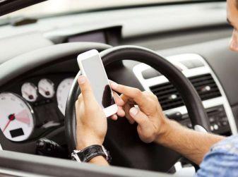 Telefono alla guida, sospensione immediata della patente da 3 a 6 mesi