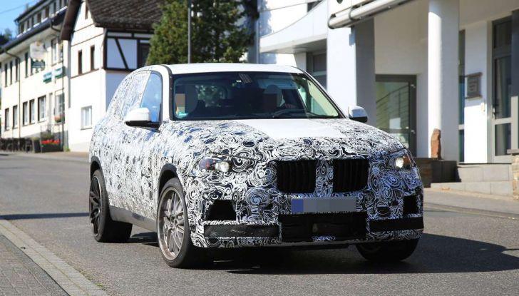 BMW X5 M foto spia del SUV in versione sportiva - Foto 2 di 17