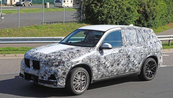 BMW X5 M foto spia del SUV in versione sportiva - Foto 10 di 17