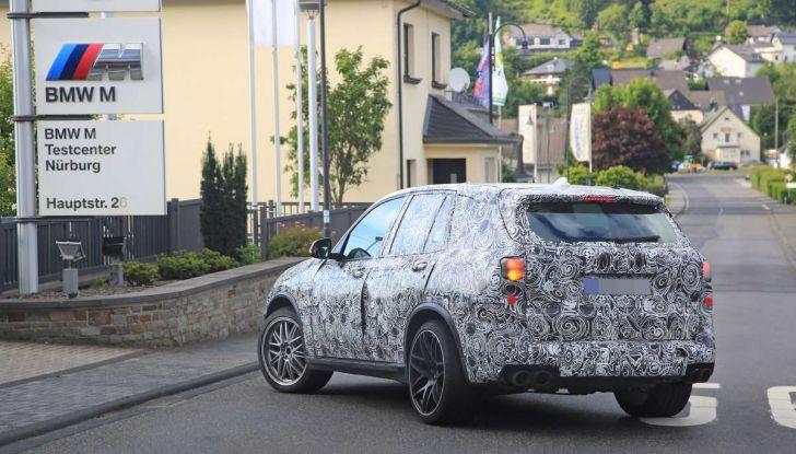 BMW X5 M foto spia del SUV in versione sportiva - Foto 13 di 17