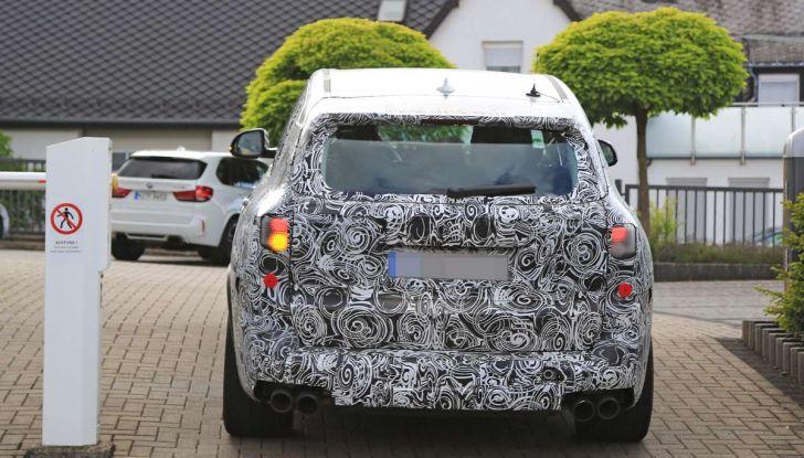 BMW X5 M foto spia del SUV in versione sportiva - Foto 15 di 17