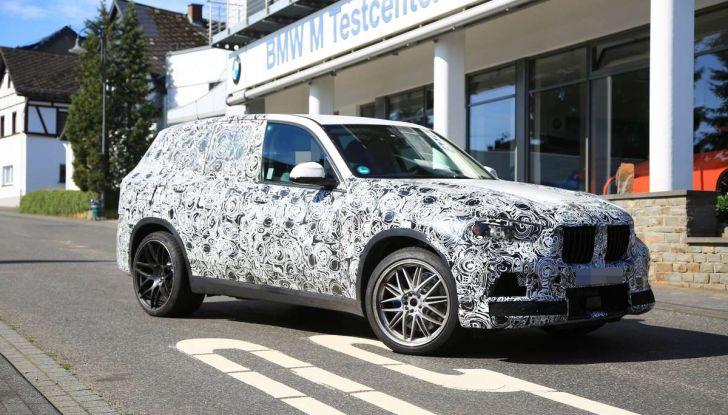 BMW X5 M foto spia del SUV in versione sportiva - Foto 3 di 17