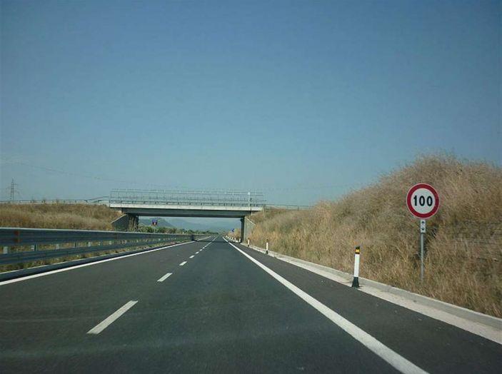 Uso scorretto della corsia di emergenza: quando si rischia la multa - Foto 3 di 5