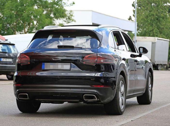 Porsche Cayenne, le foto spia degli ultimi test su strada - Foto 2 di 19