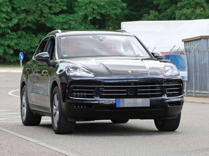 Porsche Cayenne, le foto spia degli ultimi test su strada - Foto 11 di 19