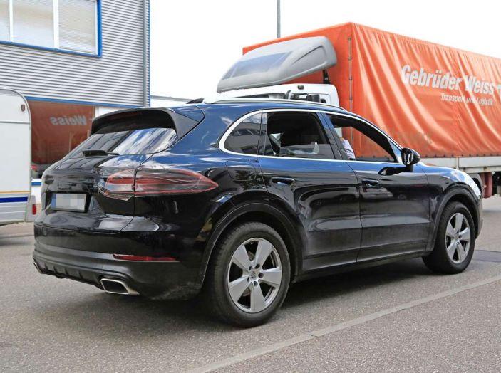 Porsche Cayenne, le foto spia degli ultimi test su strada - Foto 8 di 19