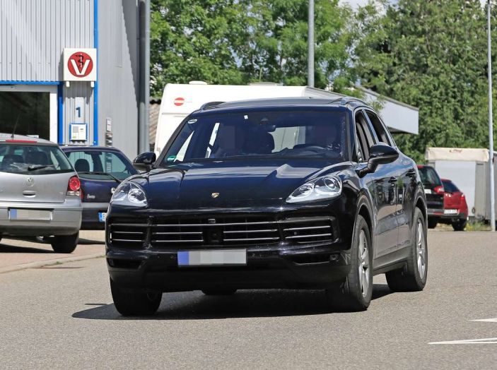 Porsche Cayenne, le foto spia degli ultimi test su strada - Foto 10 di 19