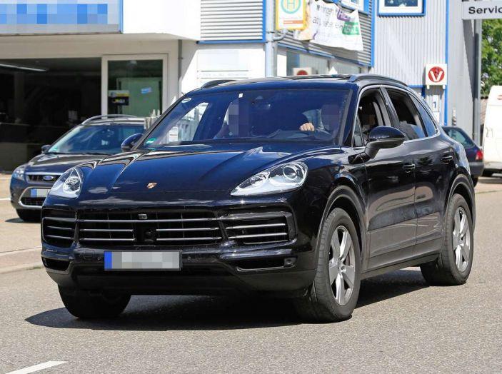 Porsche Cayenne, le foto spia degli ultimi test su strada - Foto 4 di 19