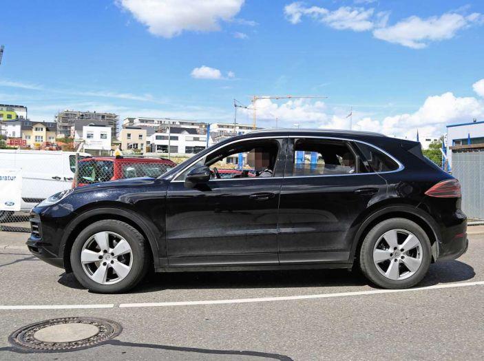 Porsche Cayenne, le foto spia degli ultimi test su strada - Foto 5 di 19