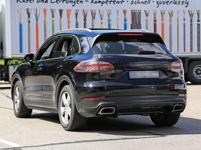 Porsche Cayenne, le foto spia degli ultimi test su strada - Foto 7 di 19