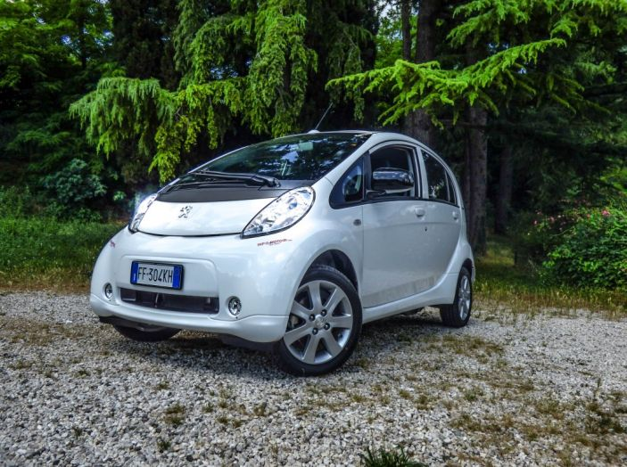 Test Peugeot 108 Collection VS Peugeot iON: Elettrica contro Citycar - Foto 18 di 39